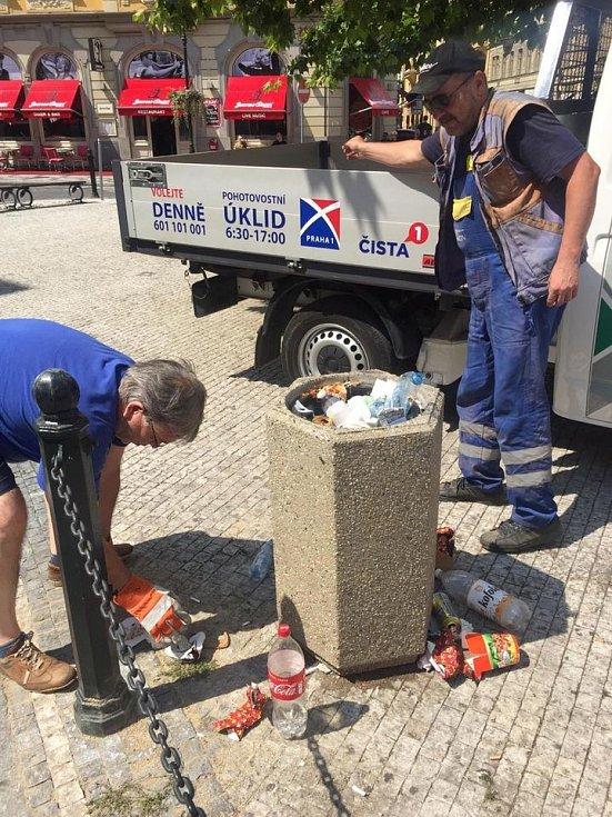 Praha 1 se dostala do sporu s magistrátní firmou Technická správa komunikací (TSK) kvůli vývozu košů a úklidu nepořádku kolem nich.