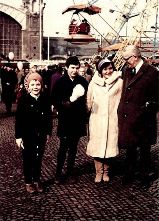 Eva Smolková-Keulemansová s dětmi a profesorem Keulemansnem.