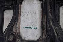 Sousoší na Karlově mostě počmáral vandal.