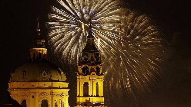 Novoroční ohňostroj ozářil pražské nebe 1. ledna. Na snímku vpopředí chrám sv. Mikuláše.