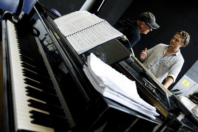 První zkouška remaku muzikálu Jesus Christ Superstar proběhla 2. srpna ve zkušebně Hudebního divadla Karlín v Praze. Na snímku zleva Jiří Korn a Ondřej Brzobohatý.