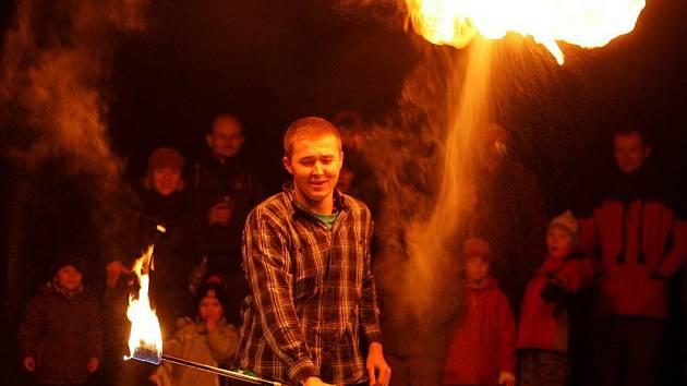 Pražský Žonglérský maraton v pátek v parku Parukářka zahájila Fire show.