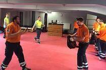 SEBEOBRANĚ se pražští záchranáři dosud učili v rámci výcviku nováčků nebo při nahodilých kurzech. Nyní spustili novinku: komplexní cvičení k ochraně vlastního těla.