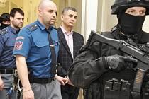 Alí Fajád (Ali Taan Fayad) v doprovodu vězeňské eskorty.