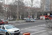 Policie vyklízí budovu VŠE v Praze na Žižkově. Anonym opět hrozí bombou.