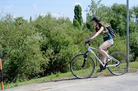 Cyklostezka u Košíkovského potoka.
