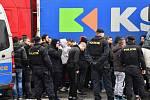 Policie zasahovala proti srbským chuligánům u čerpací stanice na D1.