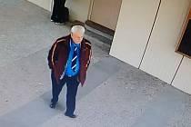 Muž vydávající se za šéfa lékařů prý mámil od seniorů peníze.