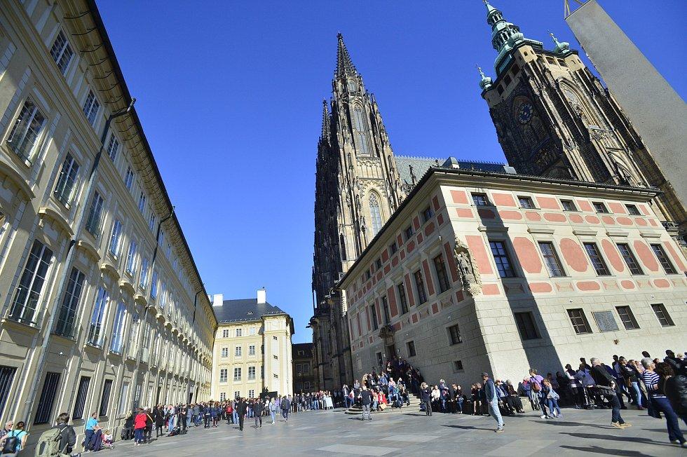 Ve svatovítské katedrále se konala zádušní mše za Karla Gotta, kam mohou jen pozvaní hosté. Fanoušci čekali na třetím nádvoří Pražského hradu.