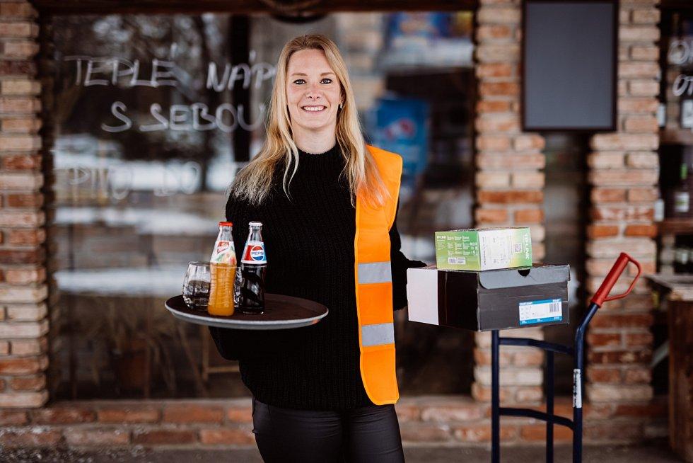 Eva Novotná pracuje jako servírka i skladnice.