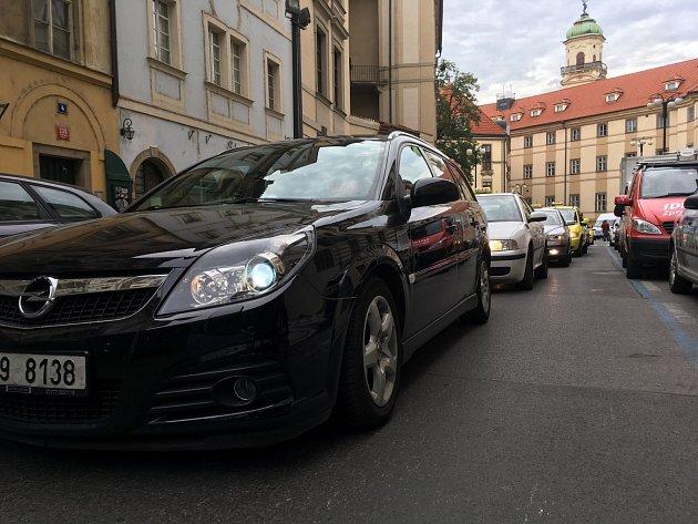 Taxikáři před magistrátem.