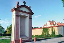 POUTNÍ CESTA. Jedna z už opravených kapliček stojí u kláštera na Bílé Hoře.