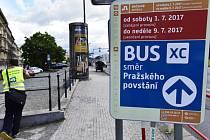 Náhradní autobusová doprava při výluce červené trasy metra.