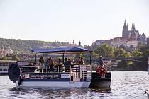 V Praze jezdí po zákazu pivních kol pivní šlapací loď.