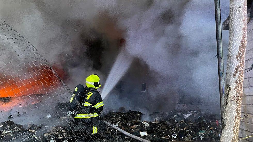 Požár haly v Braníku likvidovaly profesionální i dobrovolné jednotky pražských hasičů.