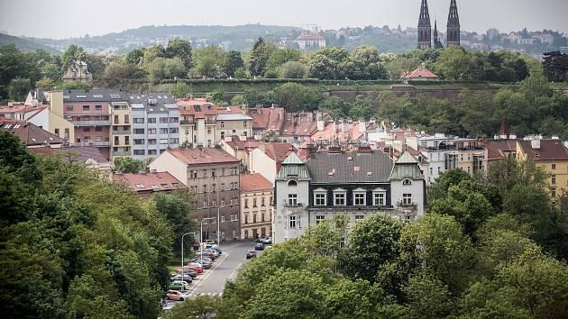Ilustrace tématu bydlení 3. května v pražských Nuslích. V pozadí Vyšehrad.