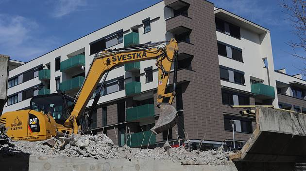 Začala demolice mostu u metra Nové Butovice.