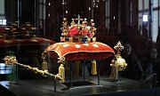 Korunovační klenoty vystaveny na Pražském hradě v nové vitríně.