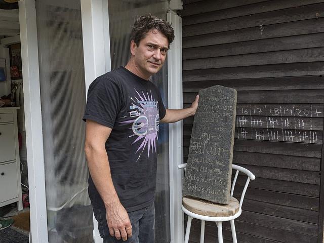 Pietní převoz židovského náhrobku s účastí herce Saši Rašilova.