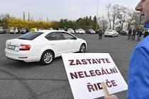 Taxikáři protestovali v Praze 8. dubna 2019 proti vládní novele zákona o silniční dopravě, která podle nich jde na ruku alternativním taxislužbám.