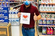 Rudé srdce se stalo symbolem pomoci vietnamské komunity v Česku boujícím proti šíření nakázy koronaviru..