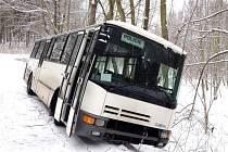 Policejní autobus sjel na sněhu u vinařické střelnice mimo lesní cestu.