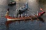 Geographia (červená) a Cavalli (modrá) - šestnáctimetrové bohatě zdobené benátské lodě celé odpoledne brázdily vltavské vody. Lodě poháněla síla 16 gondoliérů.