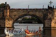 Cavalli a Geografia pod Karlovým mostem poprvé ochutnaly sladkou vodu.