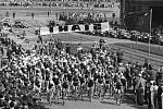 ZÁVOD MÍRU. Start cyklistického Závodu míru na Vítězném náměstí. Šlo o největší amatérský cyklistický závod po II. světové válce, který propojoval Prahu s Varšavou a později i Berlínem. Foto z května 1955.