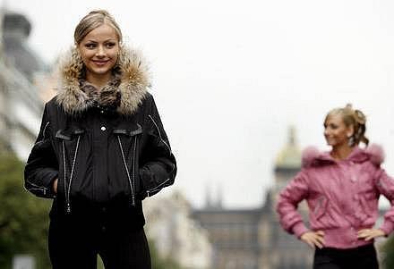 Finalistky Miss Deef 2007. Na snímku vpopředí finalistka z Ukrajiny a vpozadí z Velké Británie.