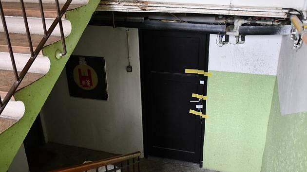 Ve sklepě domu v Krči byl nalezen mrtvý muž.