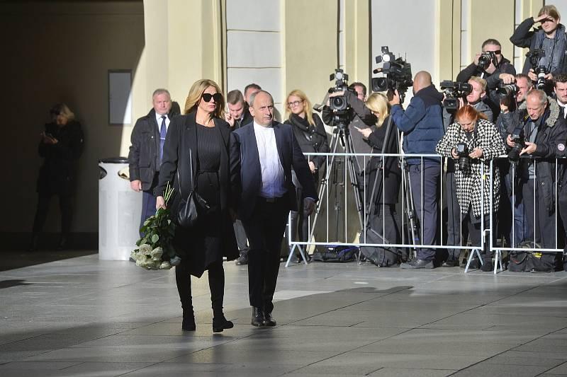 Pozvaní hosté již přicházejí na pohřeb Karla Gotta. Jan Kraus a Ivana Chýlková