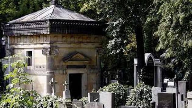 Hrobka rodu Černínů na Olšanských hřbitovech, která je na prodej skrze realitní kancelář na internetu za 6 milionů korun.