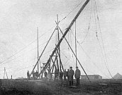 Vztyčování – Týmy techniků musely vztyčit několik 40 metrů vysokých anténních stožárů, aby se mohl rozhlas z Kbel rozléhat po celé republice.