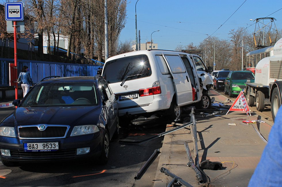 Na tramvajové zastávce u vojenské nemocnice srazila dodávka několik lidí.