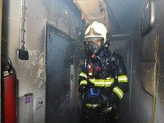 Pražští hasiči zachránili z domu, kde hořel sklep, desítky lidí i třeba želvu.