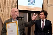 Vojtěch Sedláček, držitel Ceny Via Bona 2015 za projekt podpory lidí bez domova Nejdřív střecha. Na snímku vpravo americký velvyslanec Andrew Schapiro.
