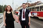 Řidič tramvaje Vít Malý a jeho přítelkyně Monika Kováčová se spolu s redaktorkou Pražského deníku Veronikou Cézovou vydali zpátky na místo, kde se 4. dubna 2012 setkali.