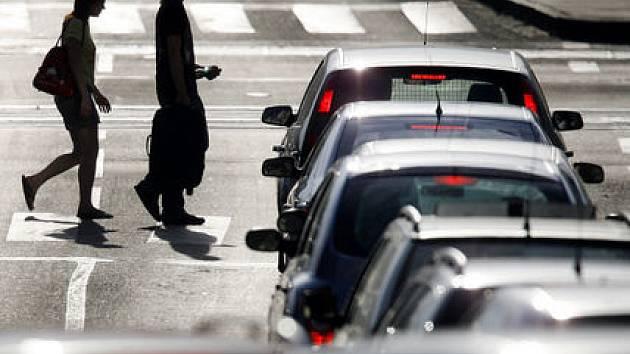 V NEBEZPEČÍ KAŽDÝ DEN. Ke střetu automobilu s chodcem na přechodu dochází v metropoli velmi často. A čísla se neustále zvyšují./Ilustrační foto
