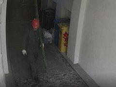 Muž podezřelý ze žhářství.