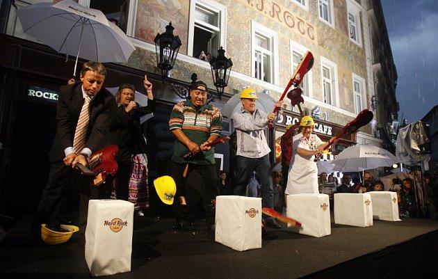 Otevírací ceremonie Hard Rock Café (rozbíjení kytar o betonové kvádry) proběhlo ve středu v 19 hodin na Malém Náměstí na Starém Městě.