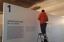 Příprava panelu výstavy Karlova kolébka