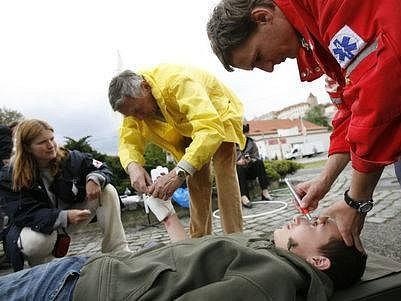 STANOVIŠTĚ MALOSTRANSKÁ. Výuku první pomoci včera uspořádal Červený kříž.