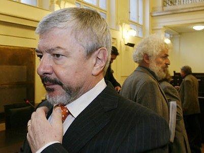 """""""Zásadně nesouhlasím,"""" reagoval europoslanec Vladimír Železný na obžalobu."""
