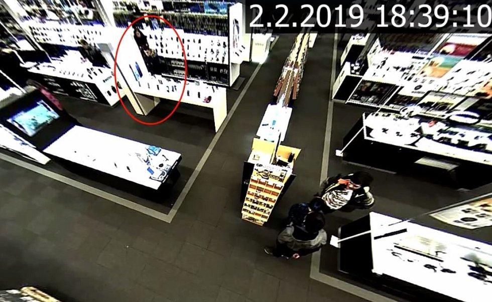 Policie hledá zloděje hodinek.