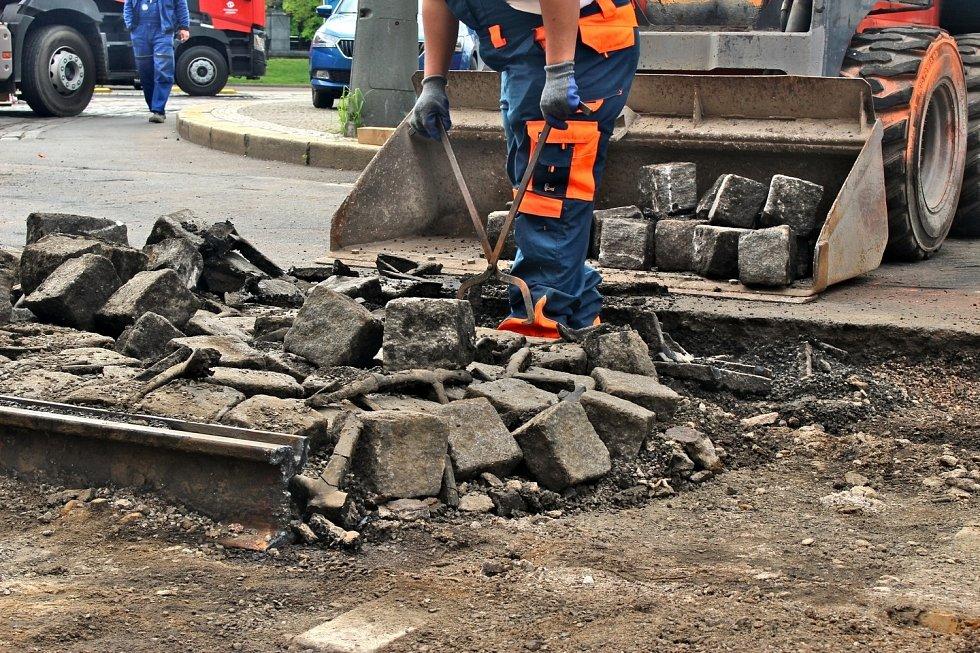 Dopravní podnik zahájil rekonstrukci tramvajové tratě mezi Hlavním nádražím a Husineckou. Opravu využije také k napojení kolejí do Opletalovy ulice.
