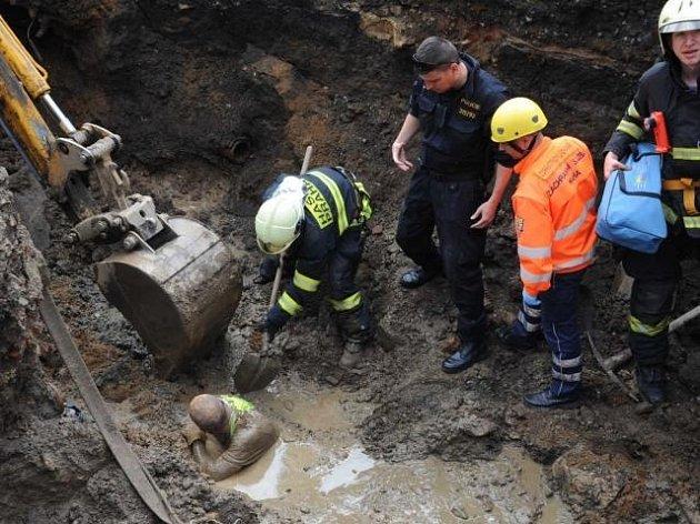 Při opravě vodovodní roury dnes dopoledne v Praze 2 zavalila zemina dělníka.