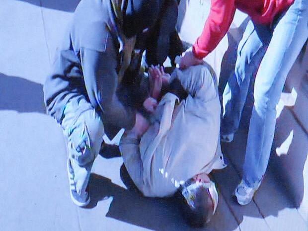 Snímek z videozáznamu ze zadržení podezřelého zásahovou jednotkou na blíže neupřesněném místě v centru metropole.