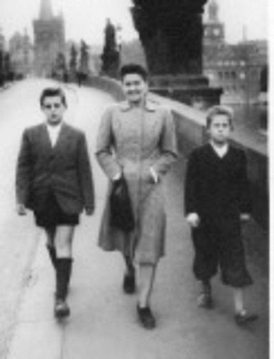S maminkou a bratrem v roce 1947.