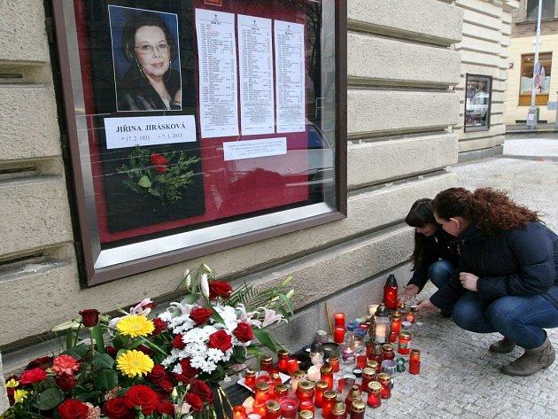 Svíčky za Jiřinu Jiráskovou u Divadla na Vinohradech, 8. ledna 2013